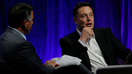 Tesla Motors CEO Elon Musk (R) answers questions from Nevada Governor Brian Sandoval  © Brian Snyder
