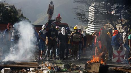 Protesters stand at a roadblock during a rally against Venezuela's President Nicolas Maduro's government in Caracas, Venezuela © Ivan Alvarado
