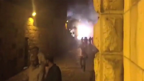 Violence breaks out between Israeli police & Palestinians during night prayers at Temple Mount