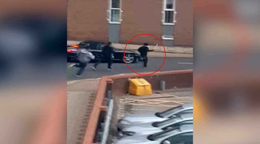 'I'll chop you up': Machete-wielding man chased by Birmingham police (VIDEO)
