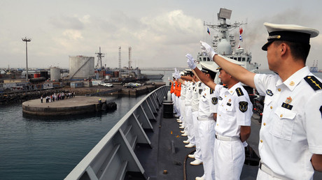 Chinese sailors stand on the deck of a Navy destroyer leaving Djibouti base for the Gulf of Aden © Global Look Press