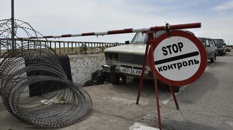 Cars at Jankoi border crossing point on Russia-Ukraine border © Alexandr Polegenko