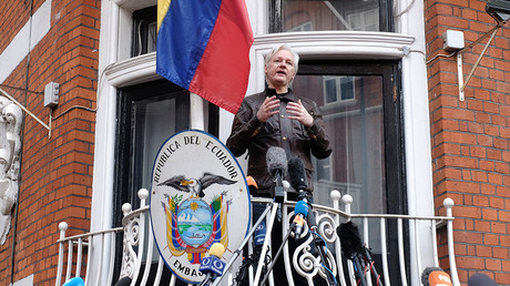 Julian Assange speaks to the media from the balcony of the Embassy Of Ecuador © Jay Shaw Baker / Global Look Press