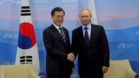 Russian President Vladimir Putin and his South Korean counterpart Moon Jae-in shake hands during a meeting at the Eastern Economic Forum in Vladivostok, Russia September 6, 2017. ©Mikhail Klimentyev