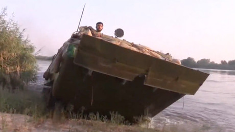 SAA special forces deploy pontoon to cross Euphrates