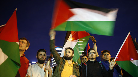 Pro-Palestinian demonstrators wave Palestinian flags during a protest against the U.S. embassy move to Jerusalem, near the Israeli consulate in Istanbul, Turkey May 15, 2018. © Osman Orsal