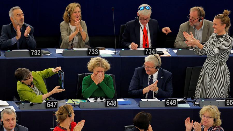 Judith Sergentini sous l'emprise de l'émotion après le vote, saluée de parts et d'autres par les eurodéputés.