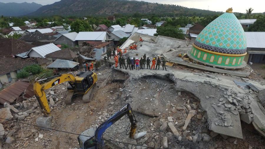 Powerful tsunami strikes Indonesian island after huge quake – geophysics agency (VIDEO)