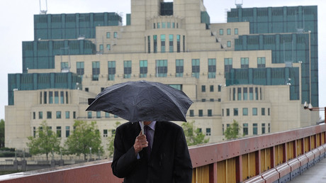 A man near the MI6 building in London © Toby Melville