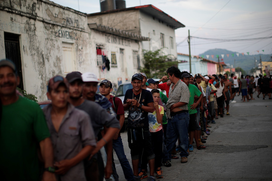 MIgrants wait in line for food donations in San Pedro Tapanatepec, Mexico © Reuters / Ueslei Marcelino