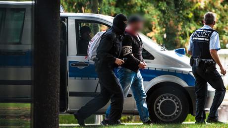 Police escort a suspected right-wing terrorist, October 1, 2018 © Christoph Schmidt / AFP