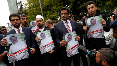 Human rights activist and friends of Khashoggi protest outside the Saudi consulate © Murad Sezer/Reuters