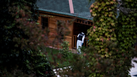 Turkish forensic police search for evidence at the garden of the Saudi Arabia's Consul General Mohammad al-Otaibi on October 17, 2018 in Istanbul © AFP / Yasin AKGUL