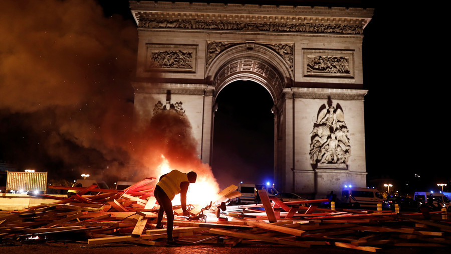 Night rage: Furious 'Yellow Vest' protesters turn Paris into 'war zone' (VIDEO)