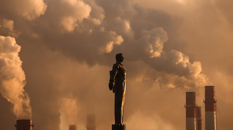 Steam rises from chimneys of a heating power plant near a monument of Soviet cosmonaut Yuri Gagarin in Moscow © Reuters / Maxim Shemetov