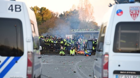 FILE PHOTO. Protesters face riot police near Bordeaux, southwestern France, on November 18, 2018. © AFP / Nicolas Tucat