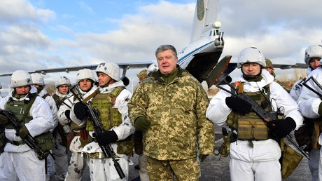 Ukrainian President Petro Poroshenko (C) poses with elite airborne troops, on December 6, 2018. ©AFP / Sergei Supinsky