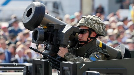 Ukrainian soldier holds a US-made Javelin anti-tank missile during Ukraine's Independence Day parade in Kiev, August 24, 2018.
