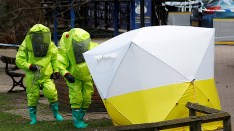 Officials in protective suits reposition a forensic tent covering the bench where Sergei Skripal and his daughter Yulia were found © Reuters / Peter Nicholls