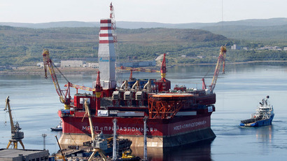 A floating oil platform is tugged from the harbour in Russia's northern port of Murmansk.(Reuters / Andrei Pronin)