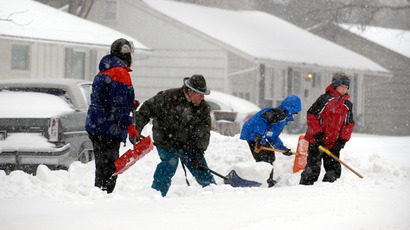 A family digs snow out of their driveway during a blizzard in Overland Park, Kansas, February 21, 2013 (REUTERS / Dave Kaup)