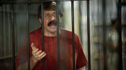 Alleged Russian arms dealer Viktor Bout talks to the media in a temporary cell ahead of a hearing at the Criminal Court in Bangkok.(AFP Photo / Nicolas Asfouri)