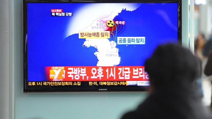 Passengers watch TV news reporting North Korea's apparent nuclear test on February 12, 2013. (AFP Photo / Kim Jae-Hwan)