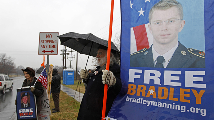 Supporters of U.S. Army Pfc. Bradley Manning protest during his scheduled motion hearing, outside the gates of Fort Meade, Maryland November 27, 2012. (Reuters / Jose Luis Magaua)