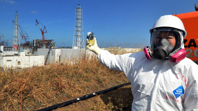 Checking radiation levels with a dosimeter near the stricken Tokyo Electric Power Co Fukushima Dai-ichi nuclear power. (AFP Photo / Yoshikazu Tsuno)