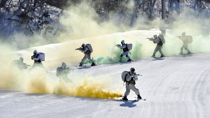 South Korea and US Marines take aim as they ski down a hill during a joint winter drill in Pyeongchang, some 180 kilometers east of Seoul, on February 7, 2013. (AFP Photo / Jung Yeon-Je)