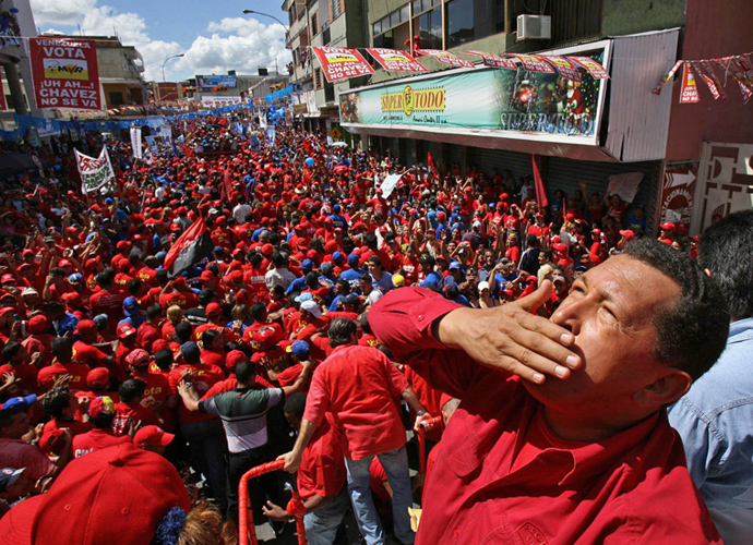 Venezuelan President Hugo Chavez greets supporters during a political gathering in the town of Guarico, some 100 km southwest of Caracas, 24 November 2006 (AFP Photo / Presidencia))