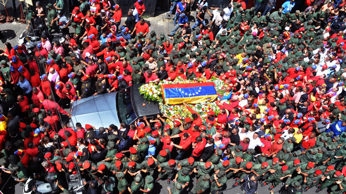 View of the hearse carrying the coffin of Venezuelan President Hugo Chavez while leaving the Military Hospital to the Military Academy, on March 6, 2013, in Caracas (AFP Photo / Luis Camocho)