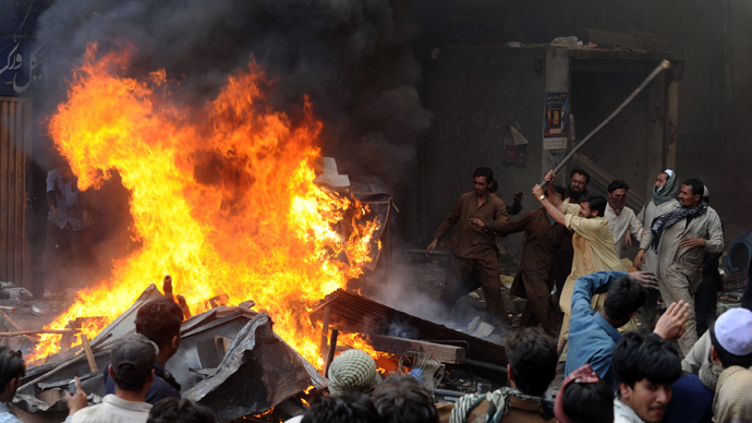 Angry Pakistani demonstraters torch Christian's belongings during a protest over a blasphemy row in a Christian neighborhood in Badami Bagh area of Lahore on March 9, 2013 (AFP Photo / Arif Ali)