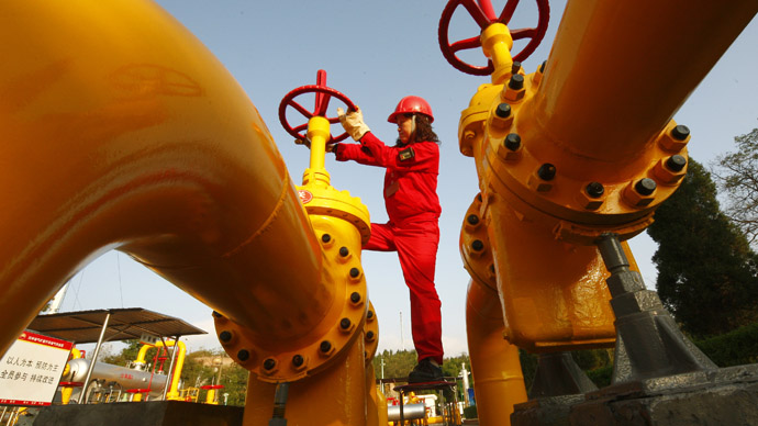 A Chinese worker checks the valve of a gas pipe at a natural gas plant in Suining, in southwest China's Sichuan province. (AFP Photo)