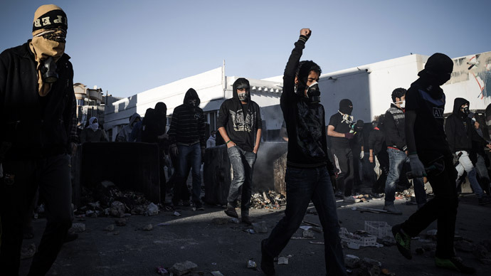 Shiite Bahraini protestors clash with security forces following a protest to mark the second anniversary of an uprising in the Sunni-ruled kingdom of Bahrain, on February 14, 2013 in the village of Sanabis, West of the capital Manama (AFP Photo)