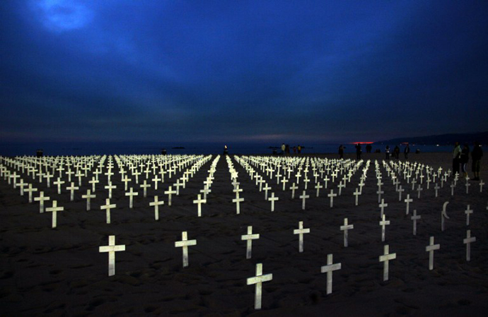 A view of crosses marking soldiers lost during the war in Iraq is seen at Arlington West on Santa Monica Beach, California, 25 November 2007. (AFP Photo / Gabriel Bouys)