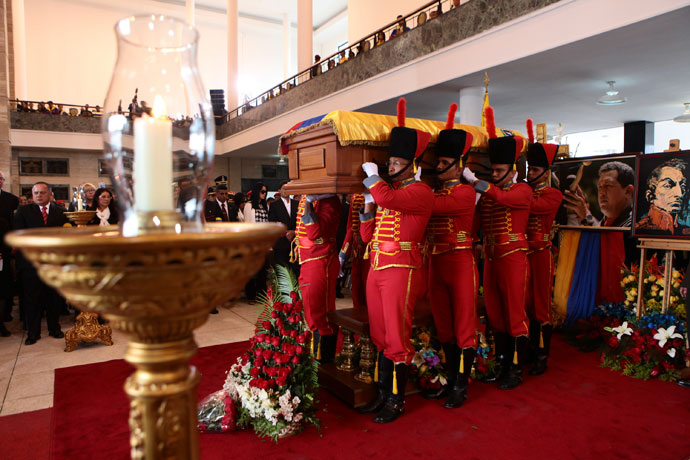 Pallbearers carry the coffin of Venezuela's late President Hugo Chavez to a hearse prior to a funeral parade in Caracas March 15, 2013.(Reuters / Miraflores Palace)