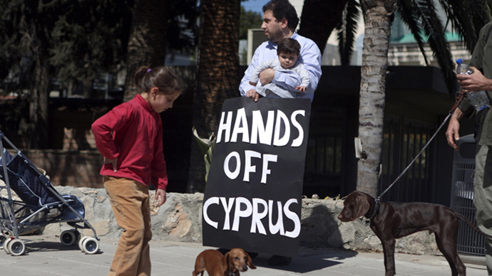Cypriots protest outside the parliament building in Nicosia, on March 18, 2013. (AFP Photo / Patrick Baz)