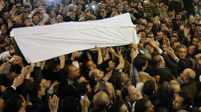The coffin of Sunni Muslim cleric Mohamed Saeed al-Bouti, who died in a suicide bomb attack, is carried during his funeral ceremony on March 23, 2013 at the Omayyad mosque in Damascus. (AFP Photo)