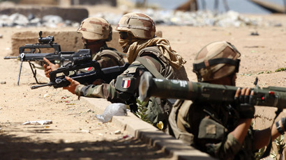 French soldiers man their positions while clashes erupted in the city of Gao on February 21, 2013 and an apparent car bomb struck near a camp housing French troops as Malian and foreign forces struggled to secure Mali's volatile north against Islamist rebels. (AFP Photo)
