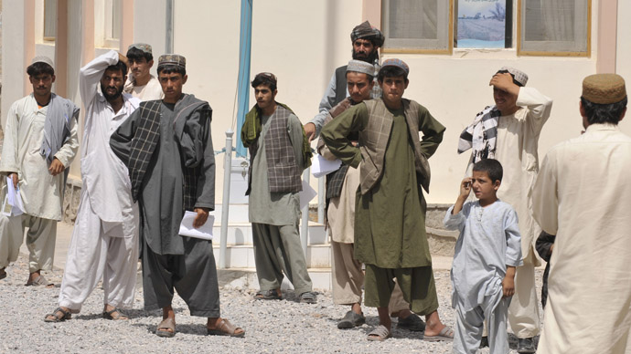 Afghans at the heavily fortified Arghandab district government center (AFP Photo/Romeo Gacad)