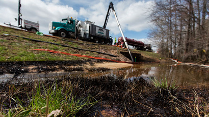 Emergency crews work to clean up an oil spill near Interstate 40 in Mayflower, Arkansas March 31, 2013.(Reuters / Jacob Slaton)