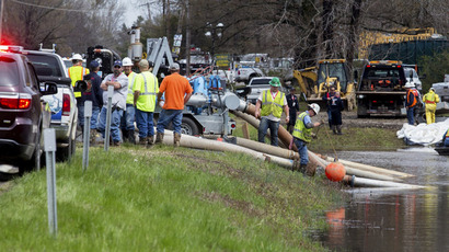 Emergency crews work to clean up an oil spill near Interstate 40 in Mayflower, Arkansas March 31, 2013. (Reuters)