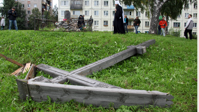 A worship cross, dedicated to the memory of victims of political repressions in Arkhangelsk, cut down by unidentified vandals. (RIA Novosti)