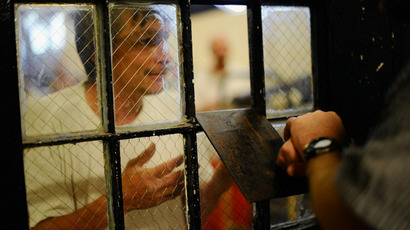 An inmate at Chino State Prison speaks to a parole officer in Chino, California. (AFP Photo / Kevork Djansezian)