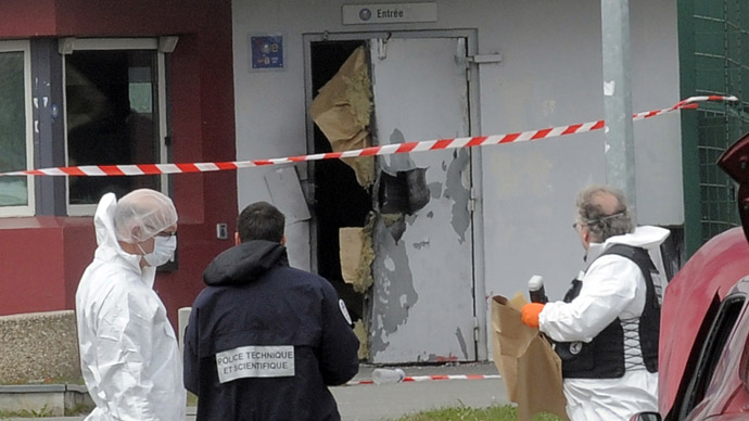 French robber blasts his way out of prison, takes four guards hostage