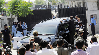 Pakistani special security commandos escort a vehicle carrying former Pakistani president Pervez Musharraf as he leaves the court premises following the order for his arrest in Islamabad on April 18, 2013 (AFP Photo / Str)
