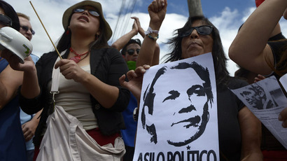 Peoples shout slogans during a demonstration supporting the asylum request to Ecuador by Wikileaks founder Australian Julian Assange, in front of the British embassy in Quito on August 26, 2012. (AFP Photo/Rodrigo Buendia)