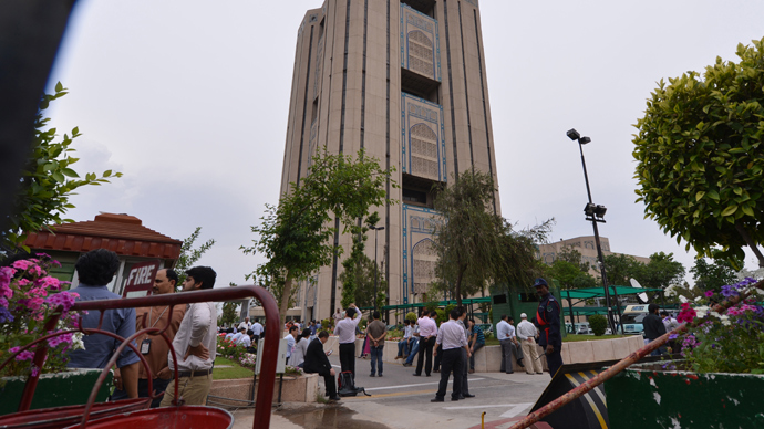 Pakistanis and foreign nationals are gathered outside an evacuated high-rise building following tremors in Islamabad on April 24, 2013 (AFP Photo / Aamir Qureshi)