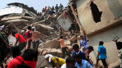 Bangladeshi volunteers and rescue workers assist in rescue operations 48 hours after an eight-storey building collapsed in Savar, on the outskirts of Dhaka, on April 26, 2013 (AFP Photo / Muniz Uz Zaman)